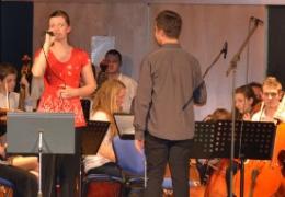 orchestr školy, zpěv E. Matušková