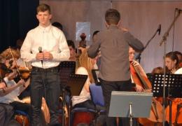 orchestr školy, zpěv T. Procházka